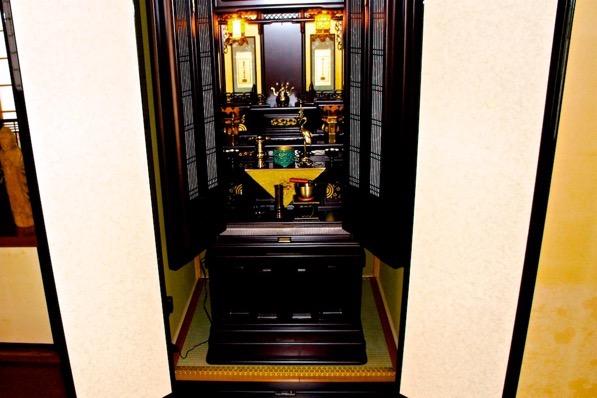 畳の上に仏壇を設置