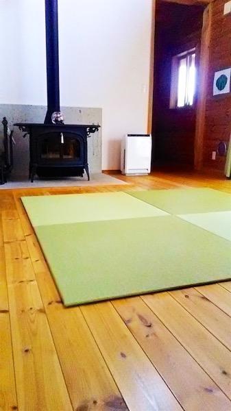 暖炉の前に畳を敷く