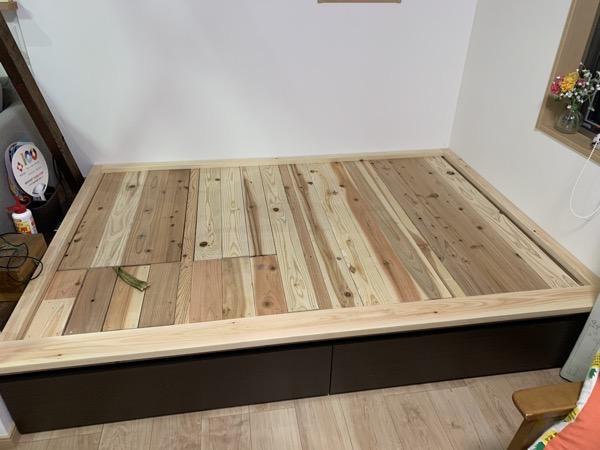 木のダブルベッド